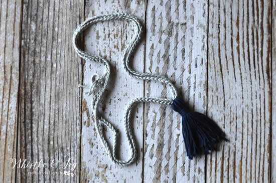 Child friendly crochet pattern: necklace with tassle (photo by Whistle and Ivy) | Happy in Red