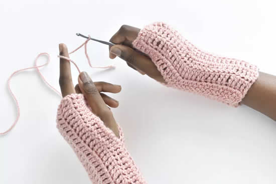 Crochet pattern fingerless gloves (photo and pattern by The Spruce Crafts) | Happy in Red