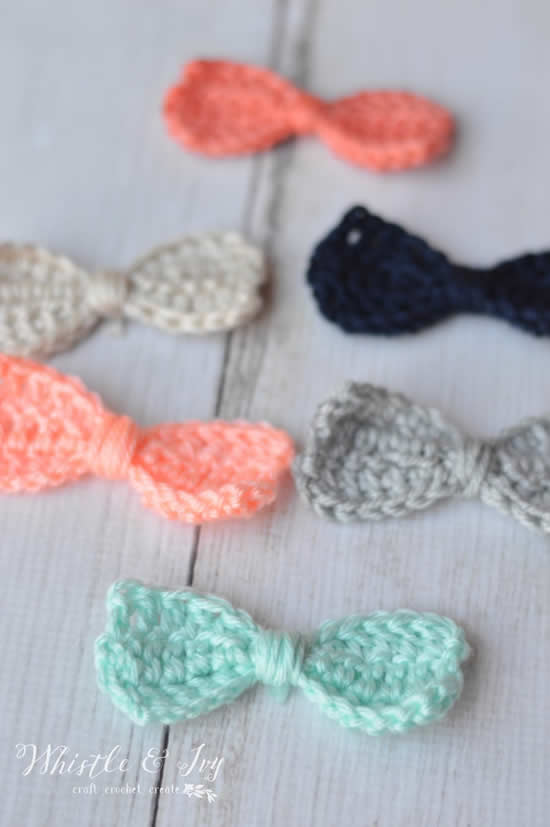Cute crochet bows, pattern and photo by Whistle and Ivy | Happy in Red
