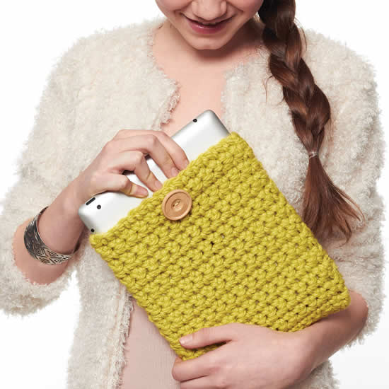 Crochet tablet case (photo and pattern by Yarnspirations) | Happy in Red