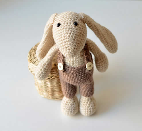 Easter bunny crochet pattern, crochet pattern (photo and pattern by Lilla Björn Crochet) | Happy in Red