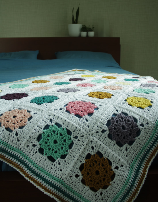 Field of daisies blanket   Flower square crochet pattern   Happy in Red