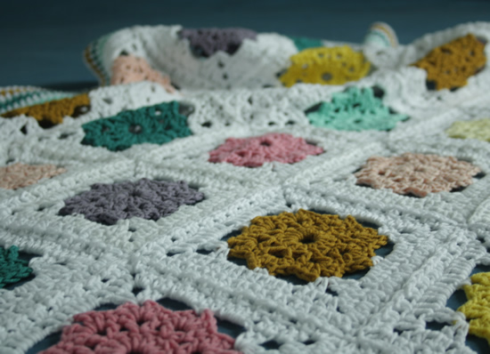 Field of daisies blanket   flower granny square pattern   Happy in Red