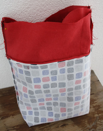 Reversible tote bag, free sewing pattern: assembling the bag | Happy in Red