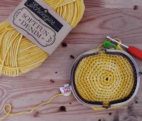 Crochet pineapple coin purse: free crochet pattern | Happy in Red