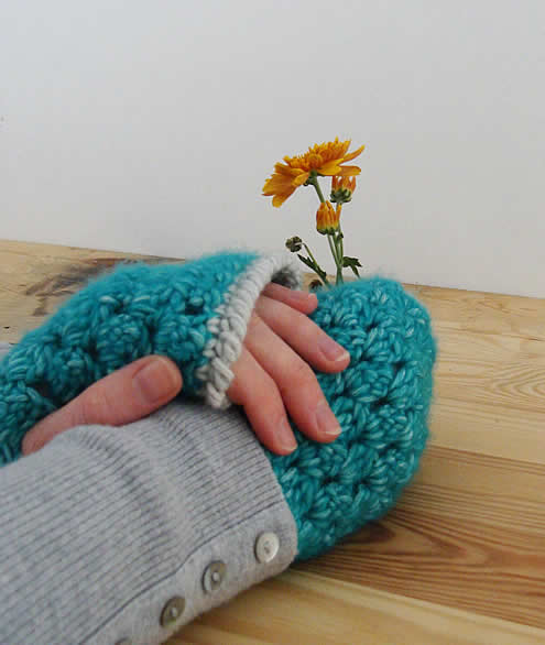 Crochet wrist warmers, free pattern | Happy in Red