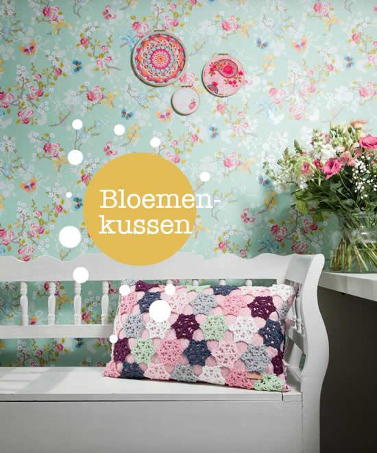 Gehaakt bloemenkussen. Haakspiratie, Janneke Assink   Happy in Red