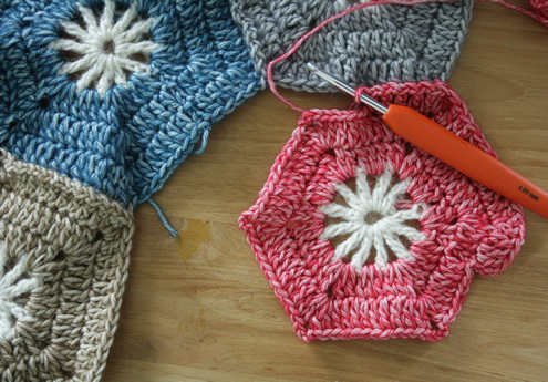 Free pattern, crochet hexagon round 4 | Happy in Red