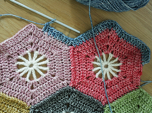 Crochet hexagon blanket, free pattern: the edge | Happy in Red