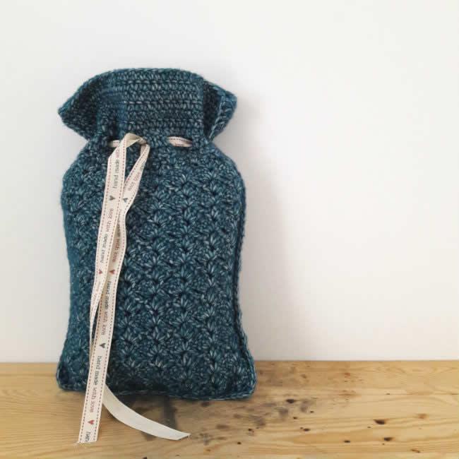Crochet hot water bottle cosy, free crochet pattern| Haakpatroon kruikenzak | Happy in Red