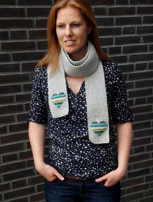Scarf of hearts: free pattern | Love crochet hearts? Make the scarf of hearts | Happy in Red